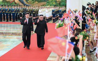 Στιγμιότυπο από την τελευταία επίσκεψη Κιμ στην Κίνα, τον Ιούνιο. Αριστερά, ο Κινέζος πρόεδρος Σι.