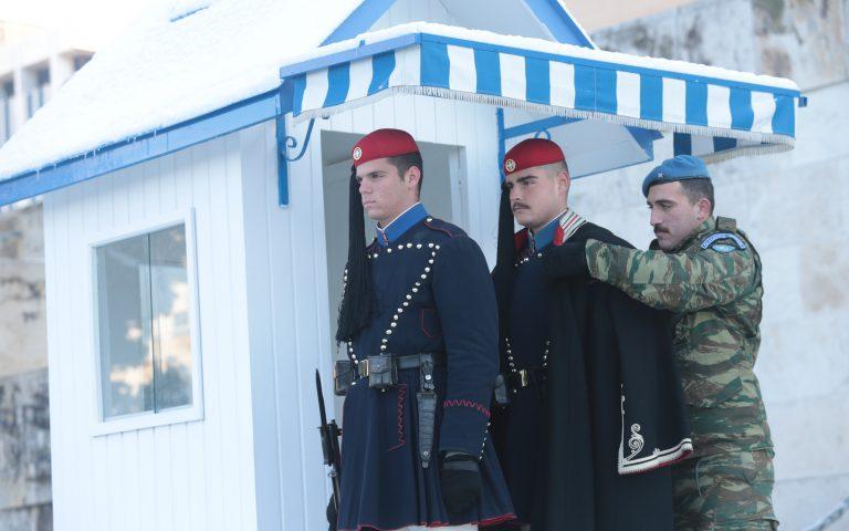 Με ψύχος και με καύσωνα οι Εύζωνοι τιμούν, αγέρωχοι, την εθνική τους αποστολή
