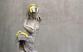 Μπανάνες. Το έργο του Αμερικανού καλλιτέχνη  Tony Matelli ονομάζεται «Woman (Bananas)» (2018) αποτελεί ένα από τα πολλά παραδείγματα έργων του που συνδυάζει γλυπτά με φρούτα ή αβγά. Το έργο εκτίθεται στην γκαλερί Pilevneli της Κωνσταντινούπολης με τίτλο «10 Καλλιτέχνες, 10 διαφορετικές πρακτικές». EPA/ERDEM SAHIN