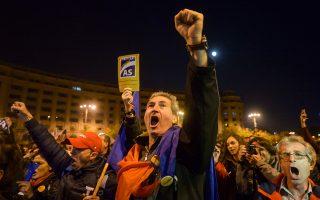 Με σύνθημα «Η Δημοκρατία σε πολιορκία», πολίτες διαδηλώνουν στο Βουκουρέστι κατά της διαφθοράς. «Παρακολουθούμε μια συμπαραγωγή ανεκπαίδευτου κοινού, ανεκπαίδευτων δημοσιογράφων και χαμηλής ποιότητας εκδοτών. Η τέλεια συνταγή καταστροφής», λέει η δημοσιογράφος Ιοάνα Αβαντάνι.
