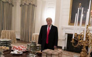 Σε αντίθεση με τον Ντόναλντ Τραμπ που αγαπάει τα χάμπουργκερ, ο Αβραάμ Λίνκολν είχε ιδιαίτερη προτίμηση στα μήλα. Ισως αυτό και να εξηγεί το σκεπτικό ύφος του στο πορτρέτο πάνω από το τζάκι.