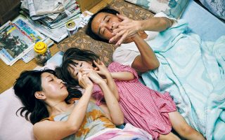 Σκηνή από τους «Κλέφτες Καταστημάτων» του Κόρε-Eντα, που βραβεύθηκαν με τον Χρυσό Φοίνικα στις Κάννες. Η ταινία περιγράφει τη ζωή μιας ιδιαίτερης οικογένειας, μιας οικογένειας όπου οι ρωγμές είναι εμφανείς από την αρχή.