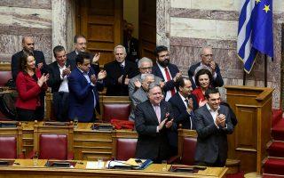 Η χαρά αποτυπώνεται στα κυβερνητικά έδρανα μετά την υπερψήφιση της συμφωνίας των Πρεσπών. Ωστόσο, η επόμενη μέρα είναι δύσκολη για τον πρωθυπουργό.