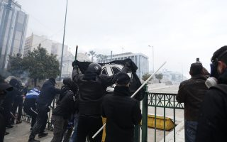 Ομάδα «κρούσης» στα επεισόδια που στιγμάτισαν το συλλαλητήριο της περασμένης Κυριακής στο Σύνταγμα. Η ΕΛ.ΑΣ. συνέλαβε επτά άτομα, για έναν εκ των οποίων, τον 27χρονο Α.Τζ. από τον Πειραιά, εκκρεμεί δίωξη για συμμετοχή στην ακροδεξιά οργάνωση «Απέλλα».