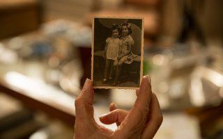 Η Βέτα Κοέν-Μιωνή, έχοντας συμπληρώσει οκτώ δεκαετίες ζωής, κρατάει μια μικρή φωτογραφία στην οποία εικονίζεται με την αδελφή της Ρήνα.