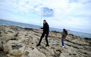 Σημαία στην ακτή των Συρακουσών υπέρ των προσφύγων και μεταναστών που παραμένουν πάνω από μία εβδομάδα στα ανοικτά.