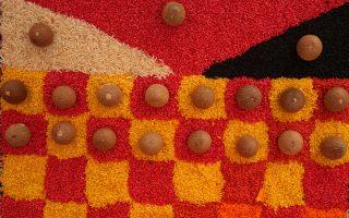 Προσφορές για καλό. Χρωματιστό ρύζι αλλά και αρωματικά μοσχοκάρυδα είναι μόνο κάποια από αυτά που προσφέρουν οι πιστοί στους θεούς, με αφορμή το Ινδουιστικό φεστιβάλ Κούμπ, όπου εκατομμύρια άνθρωποι αναμένονται να προσέλθουν στην συμβολή των ποταμών Γάγγη και Γιαμούνα στην Ινδία. (AP Photo/Rajesh Kumar Singh)