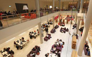 Το 2019 θα είναι κρίσιμη χρονιά για την Εθνική Βιβλιοθήκη της Ελλάδος, που παρά τα προβλήματα κάνει μια νέα αρχή. Από αύριο θα λειτουργεί πλέον το σύνολο της Βιβλιοθήκης, δηλαδή το ερευνητικό κυρίως «σώμα», και όλα τα επιμέρους τμήματα, ενώ θα ανοίξει για το κοινό η Βαλλιάνειος Βιβλιοθήκη επί της οδού Πανεπιστημίου, η οποία ξαναζωντανεύει.
