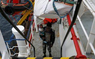 Μετανάστης με το παιδί του, που επιβαίνουν στο Sea-Watch 3, προ-χθές, ανοιχτά της Μάλτας.