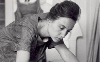 Ομορφη και κομψή η Πέπη Σβορώνου, ήταν μια σπουδαία ζωγράφος, με έντονο εξπρεσιονισμό και μεταφυσικά στοιχεία.