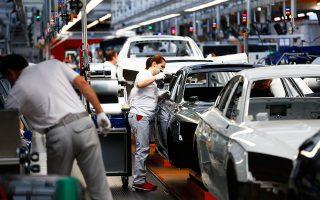 Η εμπορική διένεξη ΗΠΑ - Κίνας, η επιβράδυνση στην οικονομία της τελευταίας, οι νέοι περιβαλλοντικοί κανόνες της Ε.Ε., η αποστροφή των καταναλωτών από το ντίζελ, το Brexit και η προοπτική των ηλεκτροκίνητων οχημάτων αποτελούν τεράστιες προκλήσεις για τον κλάδο.