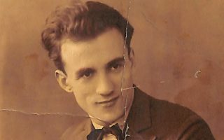 Χαρακτηριστικό πορτρέτο του Νίκου Σκαλώτα σε ηλικία περίπου 25 ετών στο Βερολίνο.