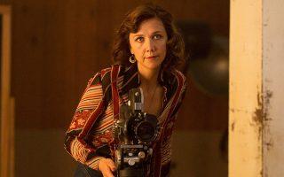 Η Μάγκι Τζίλενχαλ σε σκηνή της σειράς «The Deuce» του ΗΒΟ.