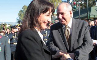 Ο υφυπουργός επικρατείας για τον Συντονισμό του Κυβερνητικού Έργου Τέρενς Κουίκ (Δ) ανταλλάσει χειραψία με την αναπληρωτή υπουργό Τουρισμού Έλενα Κουντουρά στην υποδοχή του ιερού λειψάνου της Αγίας Βαρβάρας, Κυριακή 10 Μαΐου 2015. Το ιερό λείψανο της Αγίας Βαρβάρας - το οποίο για πρώτη φορά εδώ και 1000 χρόνια μεταφέρεται σε Ορθόδοξη χώρα - έρχεται την Κυριακή στην Ελλάδα, στον ιερό ναό Αγίας Βαρβάρας. Το ιερό λείψανο, που φυλάσσεται τους τελευταίους δέκα αιώνες στην Ιταλία, έρχεται με την συγκατάθεση του Ρωμαιοκαθολικού Πατριάρχη της Βενετίας και του Βατικανού για 15 ημέρες στην Αποστολική Διακονία της Εκκλησίας της Ελλάδος, ως ευλογία με αφορμή την έναρξη των εορτασμών για τα 80 χρόνια από της ιδρύσεως της. ΑΠΕ-ΜΠΕ/ΑΠΕ-ΜΠΕ/ ΠΑΝΤΕΛΗΣ ΣΑΙΤΑΣ