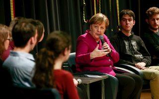 Η Γερμανίδα καγκελάριος συνομιλεί με μαθητές της 12ης τάξης της Γερμανικής Σχολής Αθηνών, στη μεγάλη αίθουσα τελετών, στο Μαρούσι.