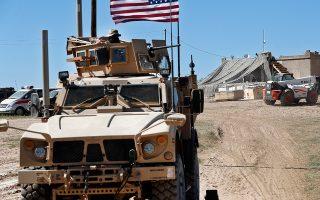 Αμερικανός στρατιώτης κάθεται σε θωρακισμένο όχημα στην περιοχή της Μανμπίτζ, της βόρειας Συρίας.