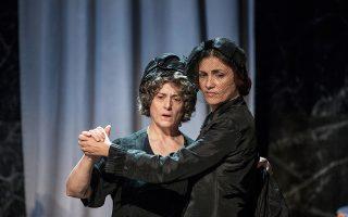 Η Καίτη Μανωλιδάκη (Ασπασία) και η Δανάη Σαριδάκη (Αλκμήνη), δύο από τις τραγικές φιγούρες του έργου, σε έναν μοναχικό χορό.