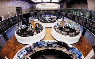Στην Ευρώπη, ο γερμανικός δείκτης Dax υποχώρησε κατά 0,63%, ο Cac-40 στο Παρίσι κατά 0,76% και ο βρετανικός FTSE-100 κατά 0,91%. Μεγάλες απώλειες σημειώθηκαν, επίσης, στις διεθνείς αγορές «μαύρου χρυσού» εξαιτίας στοιχείων που έδειξαν αύξηση της παραγωγής στις ΗΠΑ κατά τη διάρκεια της προηγούμενης εβδομάδας.