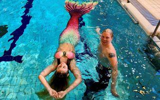 Η Μοτόνεν και ο μαθητής της Μάρκους ποζάρουν στην πισίνα.