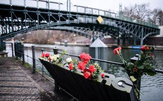 Λουλούδια στο σημείο όπου τα μέλη των ακροδεξιών Φράικορς πέταξαν τις σορούς της Ρόζα και του Λίμπνεχτ στα νερά του ποταμού Σπρέε.