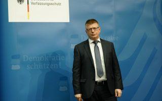 Ο επικεφαλής της Υπηρεσίας Προστασίας του Συντάγματος Τόμας Χάντενβανγκ, στη χθεσινή συνέντευξη Τύπου στο Βερολίνο.