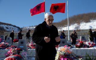 Στον τάφο συγγενούς του, θύματος της σφαγής, προσεύχεται ο Αλβανός κάτοικος του Κοσόβου.