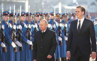 Τιμητικό άγημα στο Βελιγράδι επιθεωρούν ο Σέρβος πρόεδρος Αλεξάνταρ Βούτσιτς και ο Ρώσος ομόλογός του, Βλαντιμίρ Πούτιν. Κατά την επίσκεψή του ο Πούτιν κατηγόρησε το Κόσοβο για τη συ-γκρότηση του δικού του στρατού, μία ενέργεια που τη χαρακτήρισε πρόκληση για τη Σερβία.