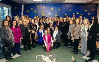 Μέλη της «Παναθηναϊκής» Οργάνωσης Γυναικών και της «Ελπίδας».