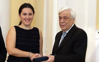 Η Μαριάννα Κακαουνάκη παραλαμβάνει βραβείο του Ιδρύματος Μπότση από τον Πρόεδρο της Δημοκρατίας Προκόπη Παυλόπουλο, κατά τη χθεσινή 35η απονομή. Η δημοσιογράφος της «Κ» βραβεύθηκε για την έρευνά της που αφορά τα κυκλώματα μέσα στα σωφρονιστικά ιδρύματα.