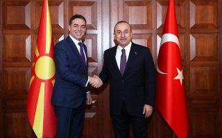 O υπουργός Εξωτερικών της Τουρκίας Μεβλούτ Τσαβούσογλου κατά τη χθεσινή συνάντησή του με τον Σκοπιανό ομόλογό του Νίκολα Ντιμιτρόφ στην Αγκυρα.