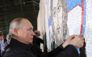Ο Ρώσος πρόεδρος Βλαντιμίρ Πούτιν ολοκληρώνει ένα μωσαϊκό στον Αγιο Σάββα στο Βελιγράδι.