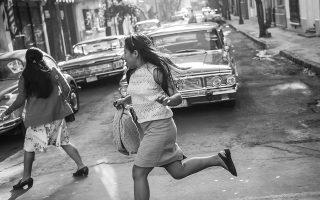 Ο Αλφόνσο Κουαρόν αποτυπώνει σε ατμοσφαιρικό ασπρόμαυρο αναμνήσεις από την παιδική του ηλικία, αλλά και μια ολόκληρη εποχή στην Πόλη του Μεξικού.