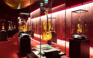 Βιολιά, βιόλες και βιολοντσέλα, κατασκευασμένα από τον Αντόνιο Στρα-ντιβάρι, εκτίθενται στο Μουσείο Βιολιού στην Κρεμόνα.