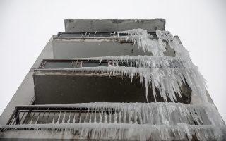 Παγοκρύσταλλοι σε μπαλκόνια πολυκατοικίας της Θεσσαλονίκης. Οι πολικές θερμοκρασίες του «Τηλέμαχου» έσπασαν τις σωληνώσεις, δημιουργώντας αυτή την εντυπωσιακή εικόνα.