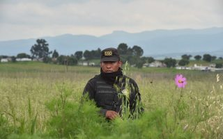 Ενας αστυνομικός στον αγρό κάτω από τον οποίο βρίσκεται η σήρραγγα μέσω της οποίας ο «Ελ Τσάπο» απέδρασε από φυλακή υψίστης ασφαλείας.