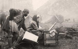 Ιστορική φωτογραφία από τους Βαλκανικούς Πολέμους που δείχνει τη ζωγράφο Θάλεια Φλωρά-Καραβία στο μέτωπο της Μακεδονίας.