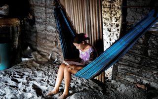 Η 14χρονη Αΐντα μελετά στο σπίτι της στη φτωχή πολιτεία του Μαρανάο στη βόρεια Βραζιλία. Συνολικά 3,8 δισεκατομμύρια άνθρωποι αποτελούν το φτωχότερο 50% του παγκόσμιου πληθυσμού.