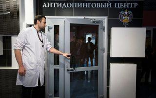 Ρώσος αξιωματούχος ανοίγει τις πόρτες εισόδου του εργαστηρίου ελέγχου ντόπινγκ στη Μόσχα για τους δημοσιογράφους. Μαζί με αυτούς εισήλθαν και άνθρωποι του WADA, οι οποίοι συγκέντρωσαν υλικό προς διερεύνηση.