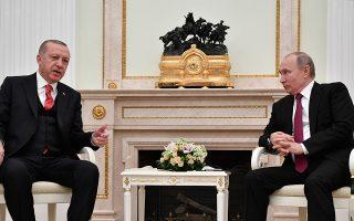 Ψυχρή αντιμετώπιση από τον Βλαντιμίρ Πούτιν συνάντησε η πρόταση Ερντογάν για «ζώνη ασφαλείας» εναντίον των Κούρδων στη βόρεια Συρία. Μετά τη συνάντησή τους στο Κρεμλίνο, ο Ρώσος πρόεδρος δήλωσε ότι η χώρα του στηρίζει τον διάλογο μεταξύ της κυβέρνησης Ασαντ και των Κούρδων. Οι δύο ηγέτες επιδοκίμασαν την απόφαση Τραμπ για απόσυρση των αμερικανικών δυνάμεων από τη Συρία. Σελ. 9