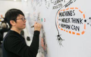 Σε περίπτερο του Νταβός έχει τοποθετηθεί ένας πίνακας προκειμένου οι επισκέπτες του Φόρουμ να εκφράσουν τις σκέψεις τους για το μέλλον της ανθρωπότητας και της τεχνητής νοημοσύνης.