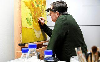 Ο συντηρητής έργων τέχνης Ρενέ Μπουατέλ δουλεύει πάνω στην αποκατάσταση του έργου του Βαν Γκογκ στο Αμστερνταμ.