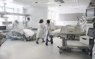 Το βράδυ της Τετάρτης στη λίστα αναμονής για ΜΕΘ ήταν 60 διασωληνωμένοι ασθενείς. Σήμερα στα νοσοκομεία του ΕΣΥ λειτουργούν 522 κλίνες εντατικής, ενώ 63 είναι ανενεργές.