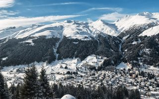 Σε ύψος 1.560 μέτρων, στην κορυφή των ελβετικών Αλπεων, δίνει ραντεβού κάθε χρόνο η παγκόσμια ελίτ.