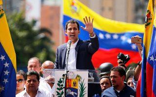 Ο Χουάν Γκουαϊντό εκφωνεί ομιλία ενώπιον οπαδών του την ημέρα που αυτοανακηρύχθηκε πρόεδρος στο Καράκας.