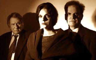 Από αριστερά, Γιάννης Νικολαΐδης, Φωτεινή Φιλοσόφου, Νίκος Γιάννακας για την παράσταση «Μαρία Πολυδούρη» στο θέατρο Αλκμήνη.