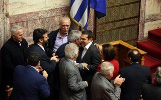 Ο πρωθυπουργός Αλέξης Τσίπρας δέχεται συγχαρητήρια από τους υπουργούς μετά την υπερψήφιση της συμφωνίας των Πρεσπών.