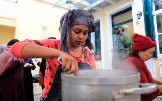 Για τη Ρουτ (φωτ.) κάθε φορά που μαγειρεύει το Ντόρχο –εορταστικό πιάτο της Αιθιοπίας– της έρχεται στο μυαλό η ημέρα που της το έμαθε η μητέρα της, όταν ήταν 7 ετών. Παραδέχεται, επίσης, ότι ήταν το πιο καυτερό πιάτο στο τραπέζι (Φωτογραφίες: Giorgos Moutafis)