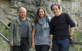 Η αρχαιολόγος-ανθρωπολόγος δρ Κατερίνα Δούκα στην είσοδο του σπηλαίου Ντενίσοβα, ανάμεσα στον διευθυντή ανασκαφών Michael Shunkov και τον καθηγητή Tom Higham. (Πηγή φωτογραφίας: Zelinski, Russian Academy of Sciences)