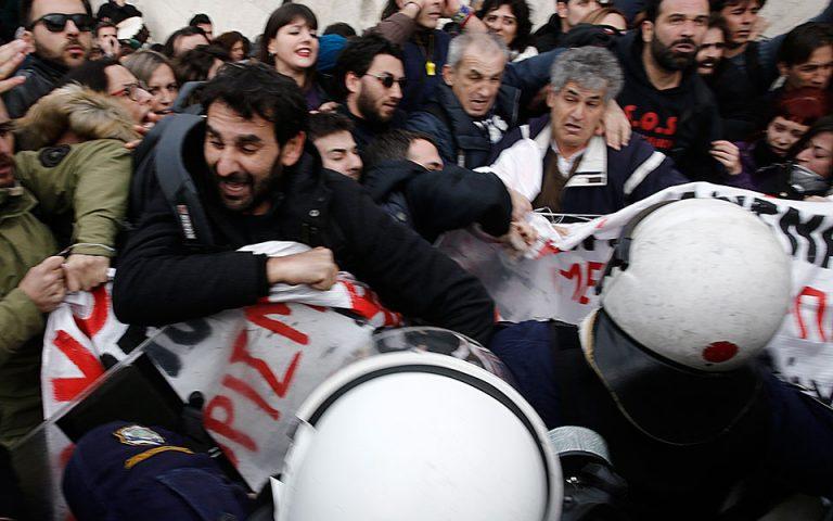 Eνταση στην πορεία εκπαιδευτικών έξω από τη Βουλή (φωτογραφίες)