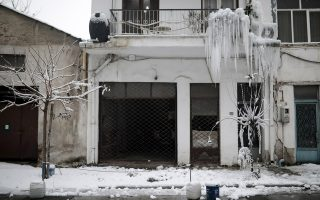 Δημιουργία παγοκρυστάλλων σε πολυκατοικία στο κέντρο της Θεσσαλονίκης από ζημιά στους σωλήνες ύδρευσης που έκανε ο παγετός των τελευταίων ημερών.